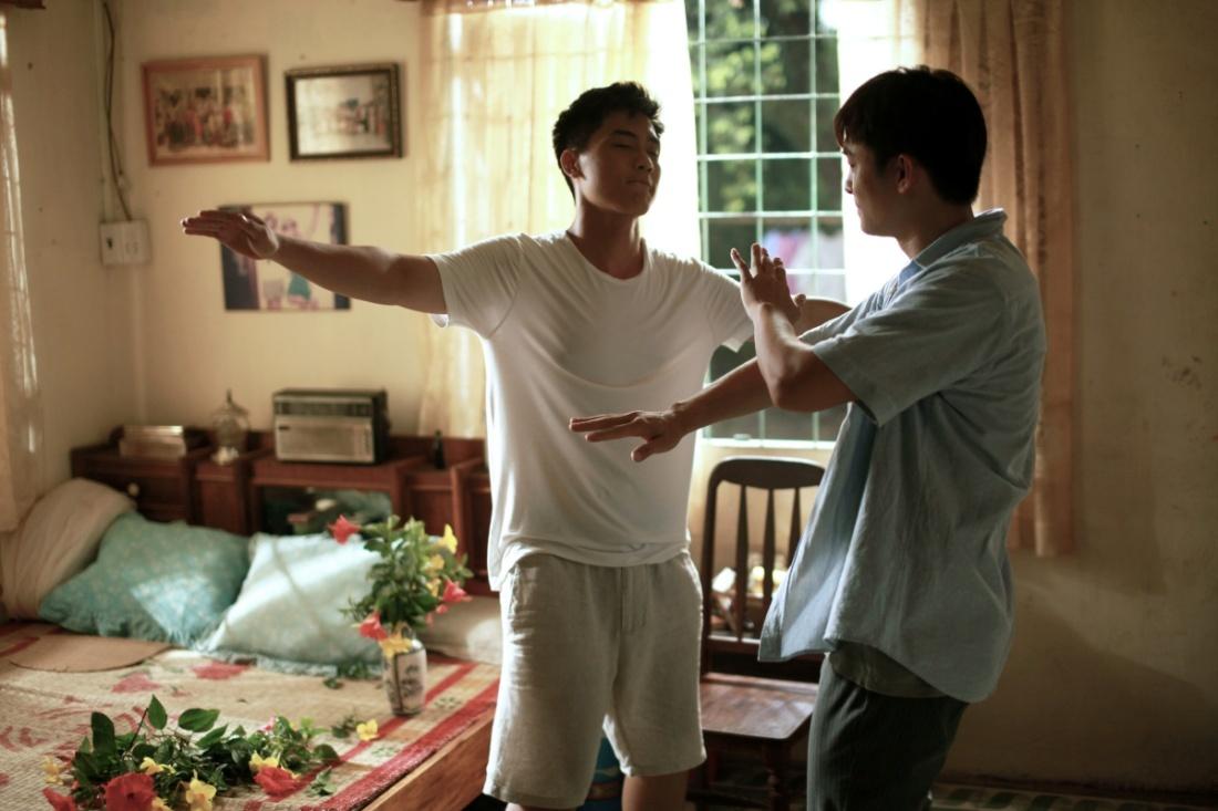 Bạn diễn của Chi Pu, Hương Tràm gây sốt khi tình tứ với trai đẹp