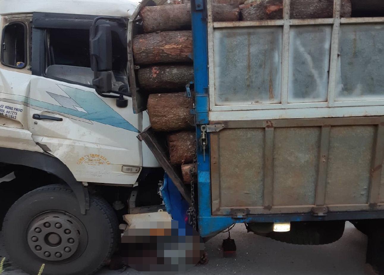 Đang sửa xe, tài xế ô tô tải bị xe chở than tông tử vong