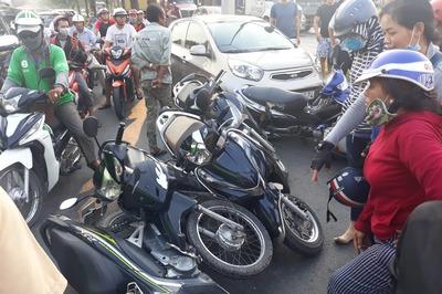 Ô tô tông văng 6 xe máy dừng đèn đỏ ở Sài Gòn