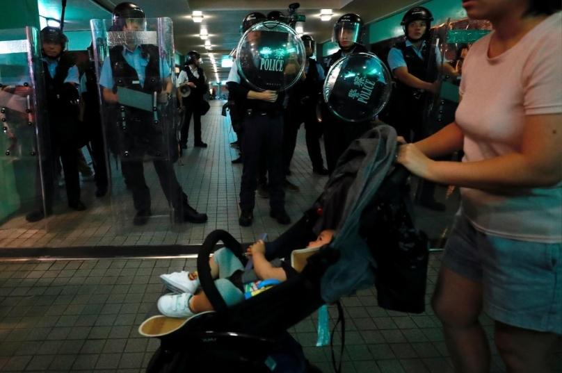 Người biểu tình Hong Kong đụng độ với cảnh sát gần Đại Lục