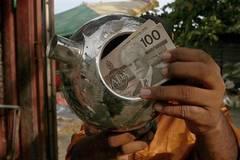Vào bãi rác, bất ngờ tìm thấy ấm... chứa đầy tiền
