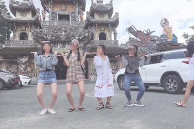Cô gái  ở Đà Lạt bị 'ném đá' vì mặc váy ngắn đi chùa