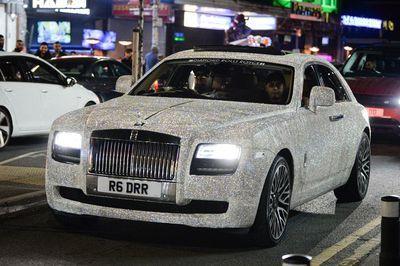 Nữ sinh thuê Rolls-Royce Ghost đính 4 triệu viên pha lê đến lễ tốt nghiệp