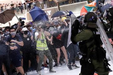 Người biểu tình Hong Kong đụng độ dữ dội với cảnh sát