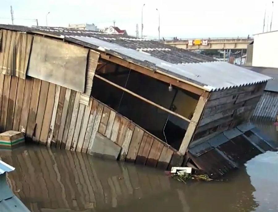 Sạt lở kéo nhà dân đổ ầm ầm xuống sông, cắt đứt đường đi