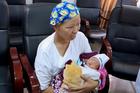 Bé Bình An bụ bẫm xuất viện, mẹ hồi phục diệu kỳ