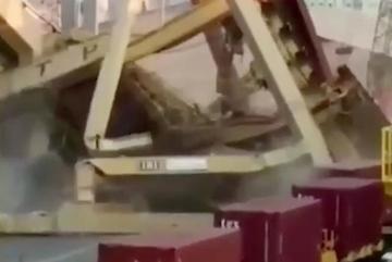 Cần trục khổng lồ đổ ụp xuống đầu công nhân trên bến cảng