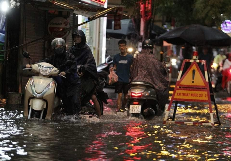 Hà Nội vừa mưa to gió lớn, nhiều tuyến phố ngập sâu