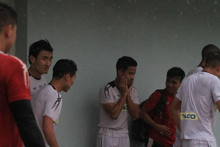 HAGL tập giữa trời mưa to, chờ quyết đấu Hà Nội
