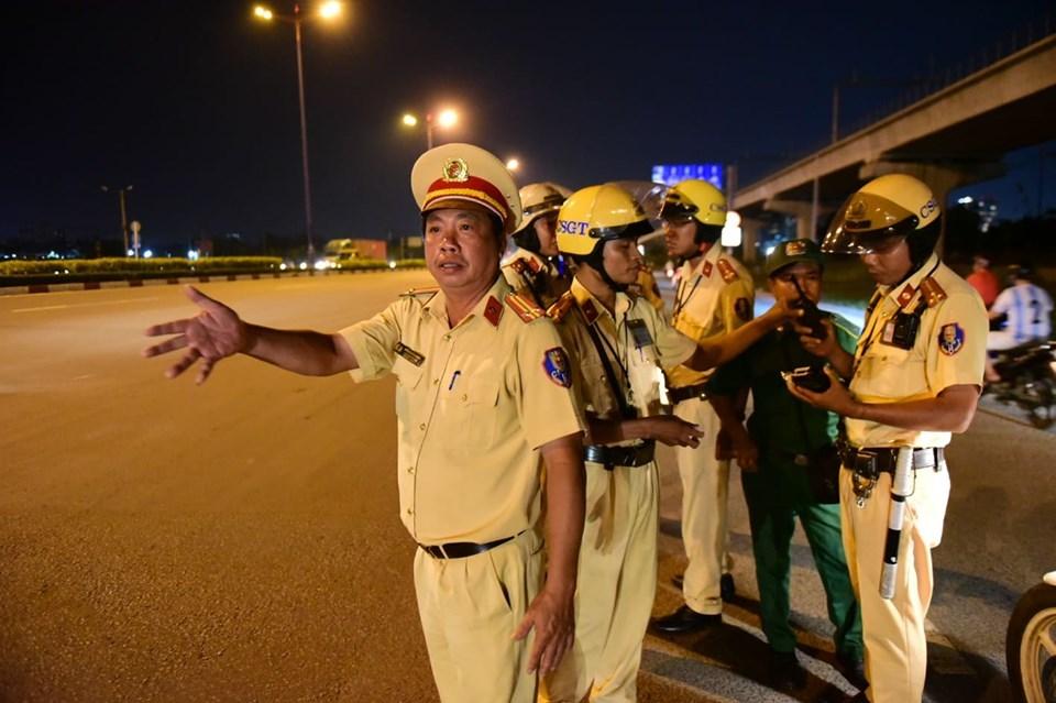 Tổng kiểm tra xe, cảnh sát giao thông dừng trăm ô tô ở cửa ngõ Sài Gòn