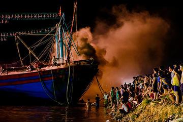 Hình ảnh tàu cá cháy ngùn ngụt trên biển Nghệ An