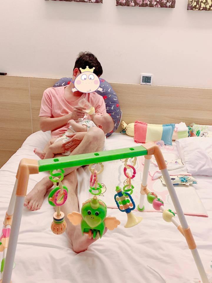 Minh Chuyên hé lộ hình ảnh bố con trai giữa tin đồn căp đại gia có vợ, đáng tuổi ông