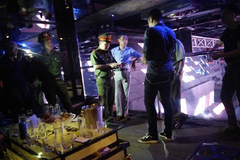 Cảnh sát ập vào quán bar giữa thủ đô, phát hiện cả kho bóng cười