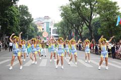 Carnival rực rỡ sắc màu 'khuấy động' phố đi bộ Hồ Gươm