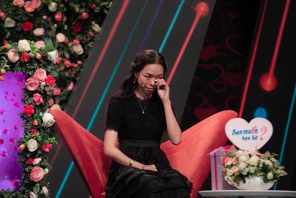 Bà nội rơi nước mắt khi đưa cháu gái không biết mặt mẹ đi hẹn hò