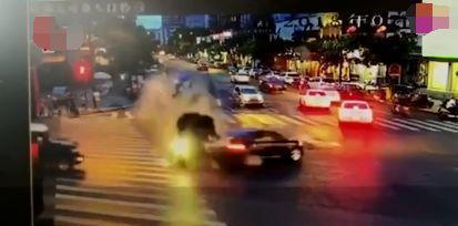 Đạp nhầm chân ga, nữ tài xế Mercedes-Benz tông 5 người chết
