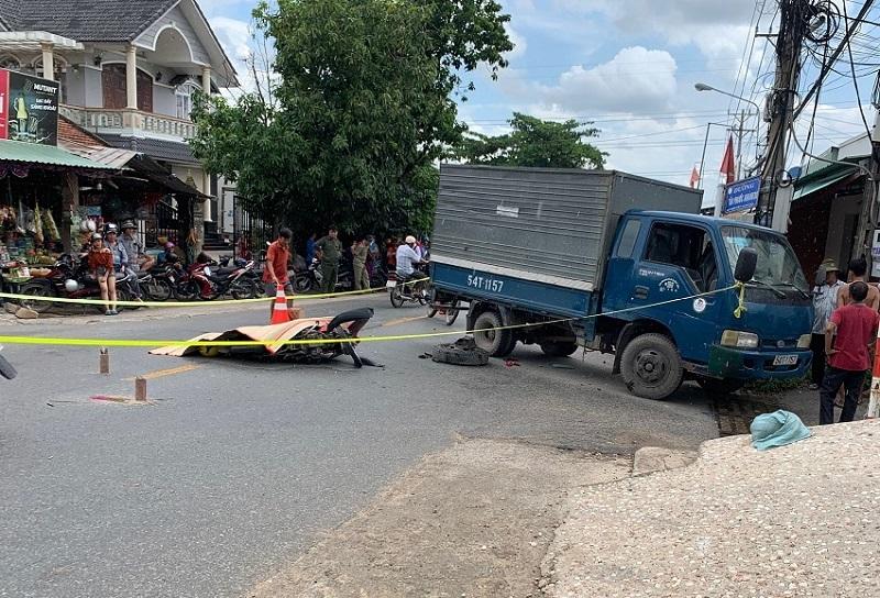 Tông vào xe tải, thiếu niên 17 tuổi ở Bình Dương chết thảm