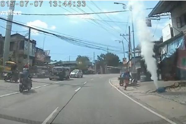 Bình ga bất ngờ rơi khỏi xe, vừa lăn vừa phụt khói