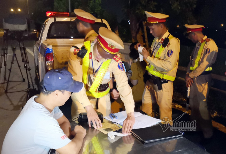 Chở quá tải 76,41%, tài xế xe 'hổ vồ' cố thủ cầu viện ở Hà Nội