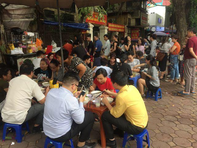 Lạ lùng những quán ăn 'chửi khách như tát nước' chỉ có ở Hà Nội