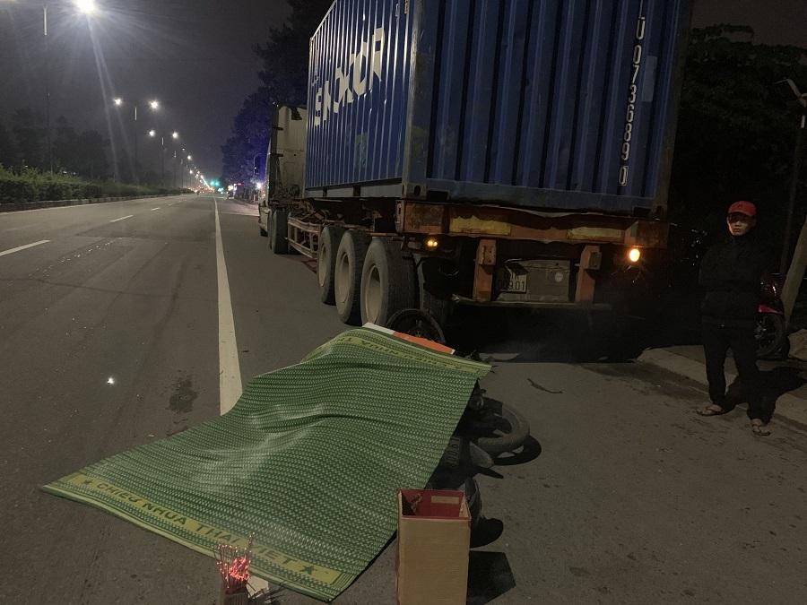 Tông đuôi xe container dừng bên đường, thanh niên chết thảm ở Bình Dương