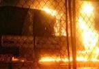 2 xe tải cháy ngùn ngụt trước cửa hàng gỗ, cả khu dân cư náo loạn
