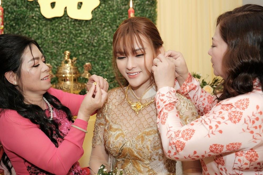 Con trai Thu Thủy che mắt khi mẹ hôn bạn trai kém 10 tuổi trong lễ vu quy