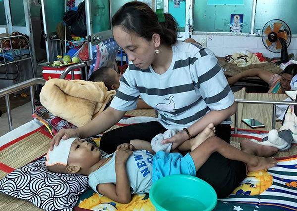 Những giọt nước mắt đau đớn của người mẹ nghèo trong phòng bệnh nhi