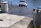 Tài xế đạp nhầm chân ga, ô tô SUV lao thẳng xuống sông