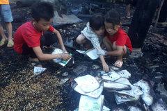 Nhà cháy rụi lúc cha mẹ đi chữa bệnh, 3 đứa trẻ bới nhặt từng trang sách