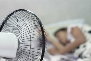 Dùng quạt điện khi ngủ hại sức khỏe hơn nằm điều hòa