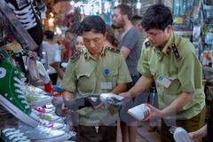 Thu nhiều sản phẩm nghi giả thương hiệu nổi tiếng tại chợ Bến Thành