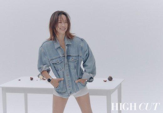 Lee Hyori diện mốt không nội y khoe vòng 1 ở tuổi 40
