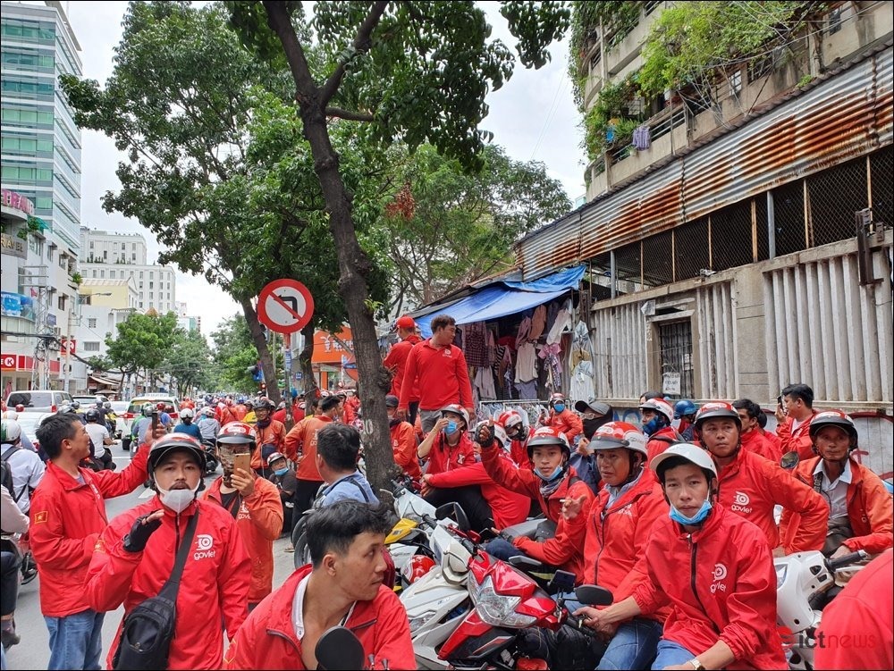 Tài xế  Go-Viet đồng loạt kéo đến trụ sở đình công