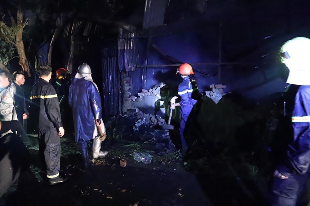 Xưởng trăm mét ở Hà Nội cháy đùng đùng, dùng búa tạ phá tường