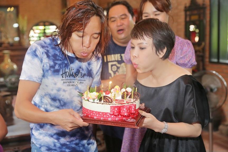 Việt Hương và chồng hôn say đắm kỷ niệm 13 năm ngày cưới