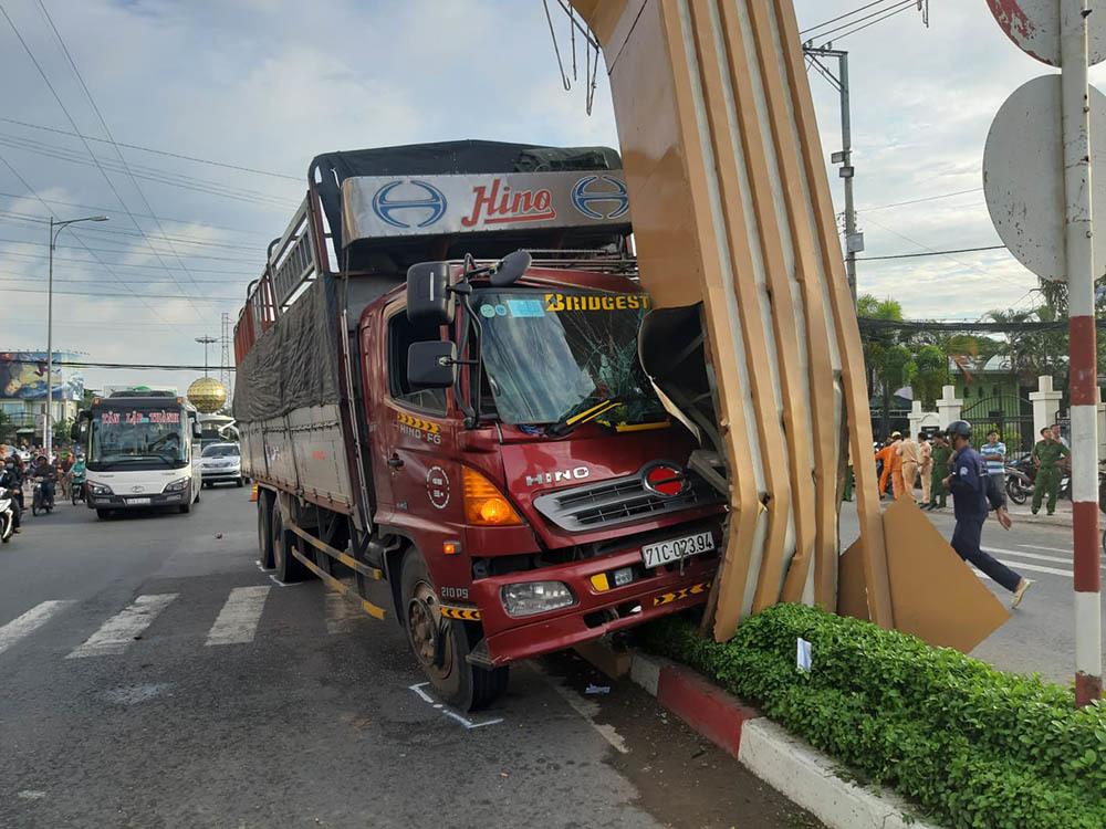 Xe tải tông như trời giáng làm sập cổng chào TP Mỹ Tho