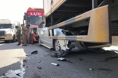 Xe 7 chỗ biến dạng sau cú tông liên hoàn trên quốc lộ 1