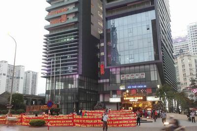 Dân cư Hei Tower căng băng rôn đỏ rực phản đối chủ đầu tư