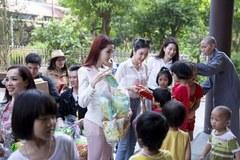 Các nghệ sĩ, hoa hậu đi từ thiện tại chùa Bồ Đề