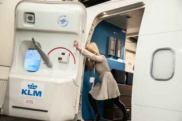 Nữ hành khách bị phạt hơn 100.000 USD vì cố mở cửa máy bay đang bay
