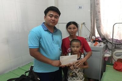 Trao hơn 34 triệu đồng đến em Quách Thanh Trung bị viêm não Nhật Bản