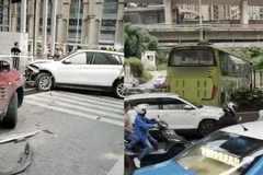Xe khách mất lái đâm liên hoàn 18 xe