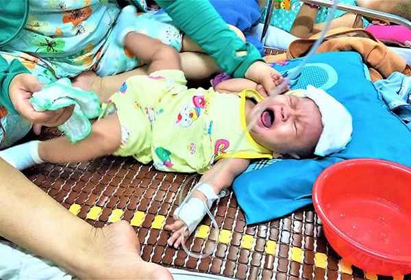 Tiếng khóc thảm thiết của bé gái 6 tháng tuổi bị u nguyên bào võng mạc