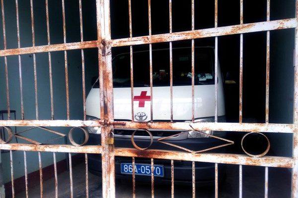 Trên đường cấp cứu, bỏ bệnh nhân xuống đường vào đăng kiểm xe cứu thương