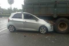 Xế hộp cắm đầu vào xe tải dừng đèn đỏ, tài xế chết kẹt trong cabin