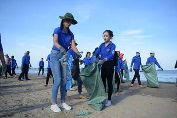 Hoa hậu Tiểu Vy nhặt rác trên bãi biển Quảng Bình
