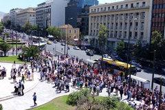 Người Hy Lạp hoảng sợ đổ ra đường vì động đất