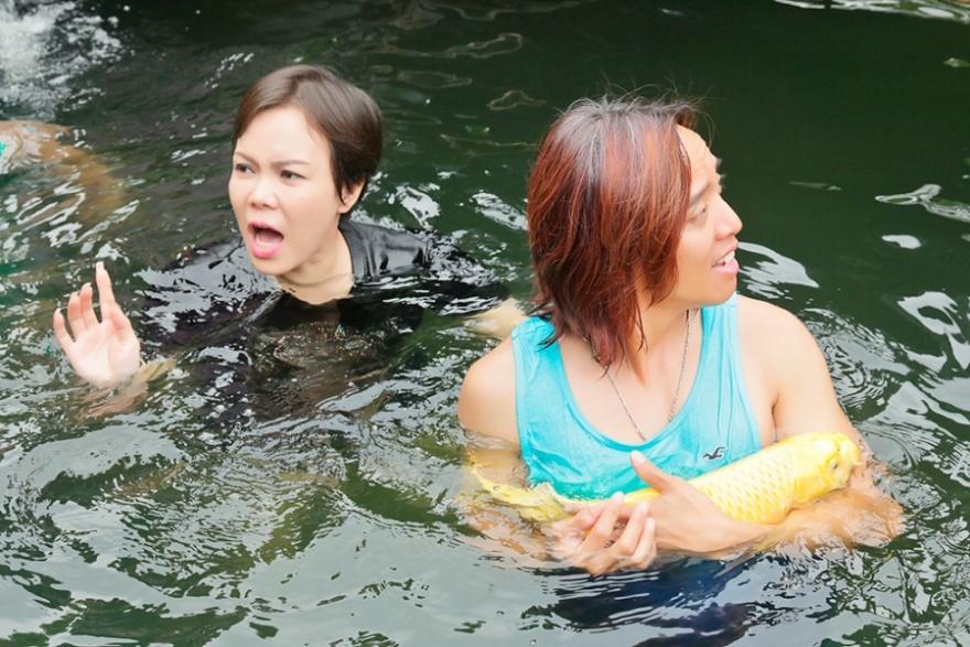 Vợ chồng Việt Hương và con gái vui đùa trong hồ cá 5 tỷ của Hoàng Mập