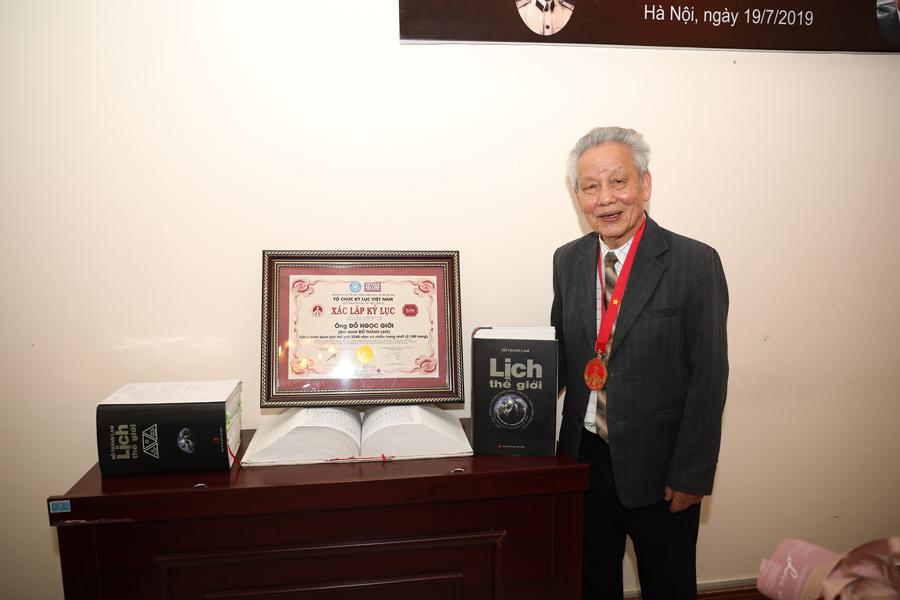 'Lịch thế giới 3.240 năm' đạt kỷ lục cuốn sách có nhiều trang nhất Việt Nam